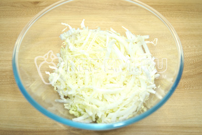 В миску нашинковать мягкие и нежные листики.