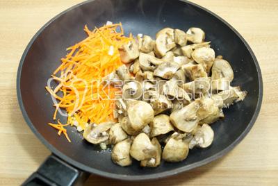 Добавить нарезанные грибы, готовить 5-7 минут.