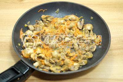 Грибы с овощами посолить и поперчить.