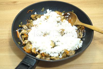 Добавить рис и перемешать, готовить 1-2 минуты.