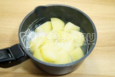 Картофель очистить и отварить в подсоленной воде до готовности.