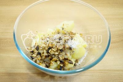 В миске смешать картофель, грибы с луком. Посолить и поперчить.