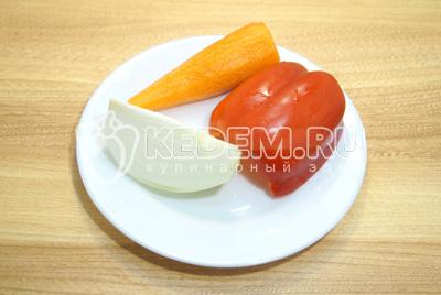 Лук, морковь и перец очистить.