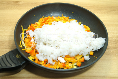 Добавить рис к овощам.