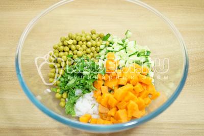 Добавить кубиками нарезанную отварную морковь и мелко нашинкованную петрушку.