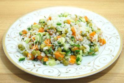 Хорошо перемешать салат и заправить растительным маслом. Выложить салат на блюдо.