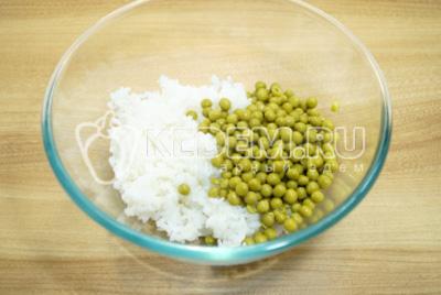 Добавить в миску с рисом консервированный горошек.