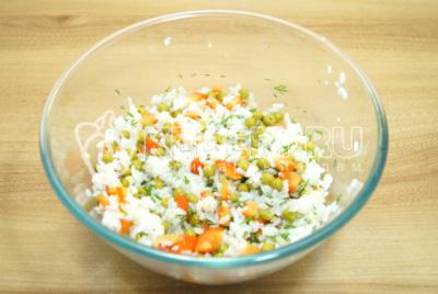 Хорошо перемешать салат и заправить растительным маслом.
