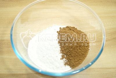 Муку смешать какао в большой миске.
