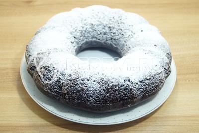 Готовый  и остывший кекс вынуть из формы и посыпать сахарной пудрой.