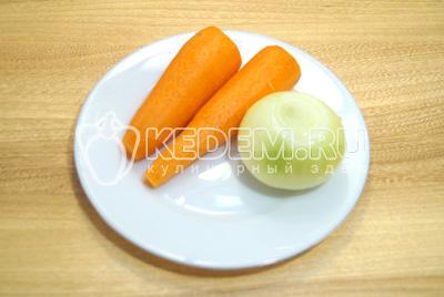Морковь и лук очистить.