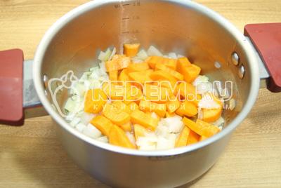 В кастрюле с толстым дном обжарить мелко нашинкованный лук и ломтиками нарезанную морковь на растительном масле.