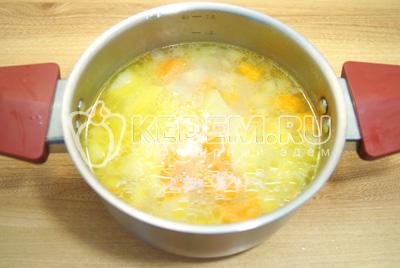 Добавить  воду и варить до готовности картофеля.