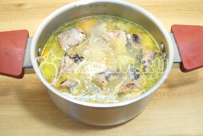 Добавить рыбу, жидкость в кастрюлю с картофелем и посолить. Варить на медленном огне еще 3-5 минут.