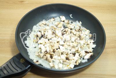 Грибы с луком очистить. Мелко нашинкованные грибы с луком обжарить на растительном масле до готовности.