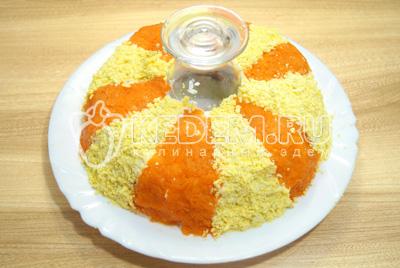 Остальные части выложит тертыми яичными желтками.