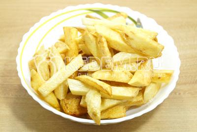 Готовый картофель посолить.