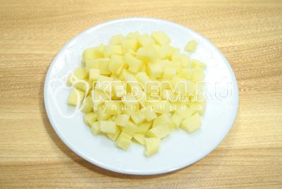 Картофель очистить и нарезать небольшими кубиками.