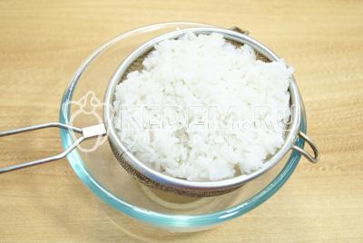 Рис отварить до полу готовности, хорошо промыть и откинуть на сито.