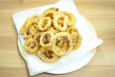 Выложить колечки лука на бумажные полотенца чтобы удалить лишнее масло.
