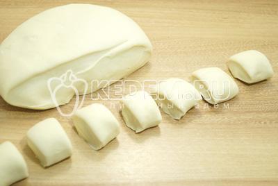 Разделить тесто. Скачать колбаски. Их разрезать на небольшие кусочки и раскатать их скалкой, предварительно посыпав поверхность на которой будете раскатывать мукой.