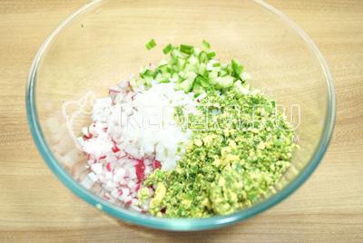 Добавить желтки с зеленью и мелко нашинкованные белки.