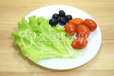 Листья салата и помидоры промыть и обсушить.