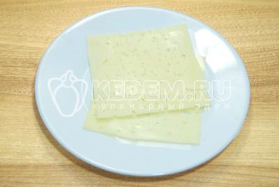 Ломтики сыр нарезать полосками.