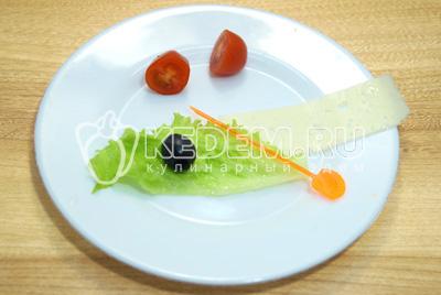 Лист салат и помидоры черри нарезать на половинки.