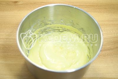 Взбить два яичных белка с сахарной пудрой. Взбивать до кремовой консистенции 10-15 минут, в конце добавить несколько капель лимонного сока. Добавить желтый краситель и еще раз взбить.