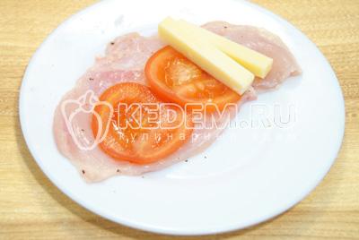 Каждый ломтик посолит и поперчить, выложить брусочки сыра и ломтики помидора.
