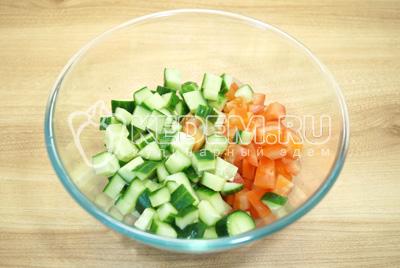 В миску нарезать кубиками овощи.