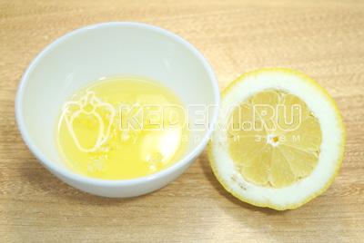 В миску с маслом добавить прессованный чеснок и сок лимона.