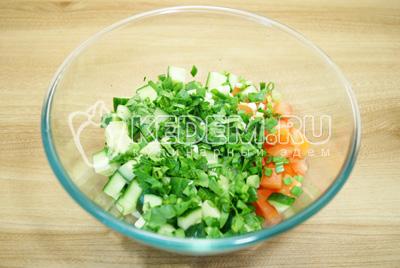 В миску с овощами добавить мелко нашинкованную зелень, заправить салат и посолить по вкусу.
