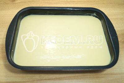 Форму смазать сливочным маслом и перелить тесто.
