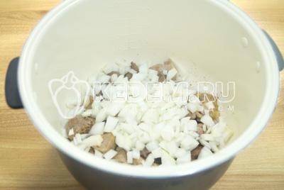 Добавить мелко нашинкованный лук, готовить еще 2-3 минуты.