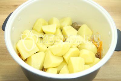 Добавить картошку в чашу, посолить и поперчить. Добавить воду и включить режим тушения.