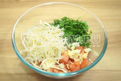 Добавить тертый сыр и заправить майонезом, посолить по вкусу.