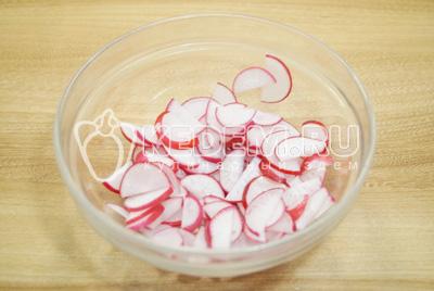 В миску нарезать редис.