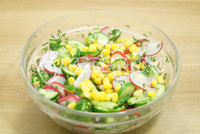 Посолить и перемешать салата.