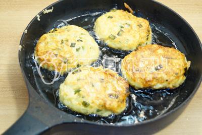 Обжарить на сковороде с растительным маслом, с двух сторон до золотистой корочки. На среднем огне.
