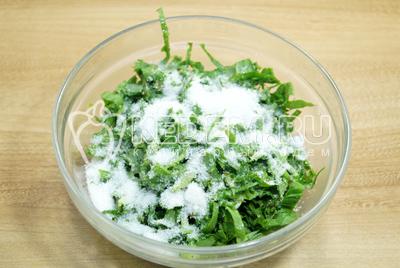 Мелко нарезать листья щавеля и перемешать с сахаром.
