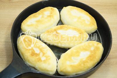 Жарить на сковороде с горячим маслом, с двух сторон до золотистой корочки.
