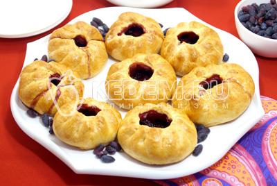 Пирожки в духовке с жимолостью