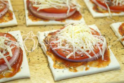 Присыпать тёртым сыром. Посыпать измельченным сухим тимьяном и сбрызнуть растительным маслом.