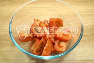 Крупными ломтиками нарезать помидоры в миску.