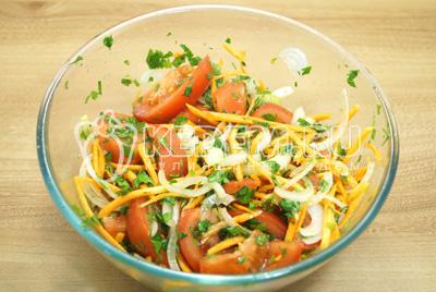 Заправить помидоры заправкой и дать постоять 20-30 минут в холодильнике.