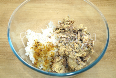 В миске смешать рис, обжаренный лук и раз мятую рыбу.