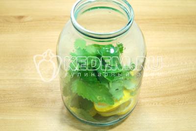 Сложить кружочки лимона и мяту в банку или графин.