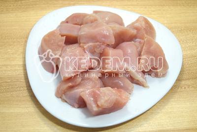 Нарезать кусочками. Шашлык из курицы с корейкой